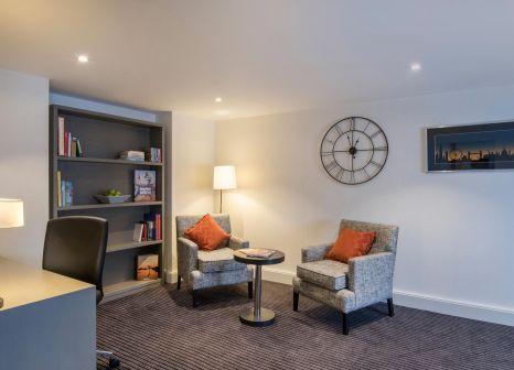 Hotelzimmer mit Hochstuhl im Sheraton Heathrow