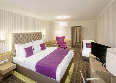 Hotelzimmer mit Ski im Pytloun Wellness Hotel Harrachov