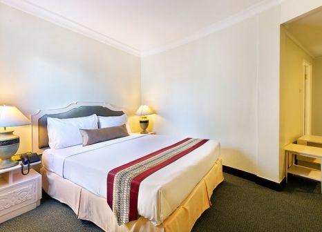 Hotelzimmer mit Hochstuhl im Royal Rattanakosin Hotel