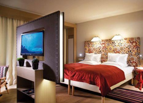 Hotelzimmer mit Ski im Travel Charme Bergresort Werfenweng