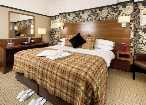 Hotelzimmer mit Hochstuhl im Mercure Edinburgh City Princes Street Hotel