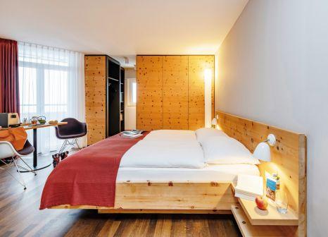 Hotelzimmer mit Mountainbike im Hotel Schweizerhof