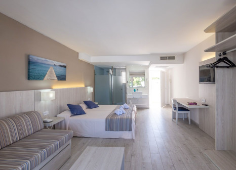 Hotelzimmer mit Mountainbike im Club Calimera Es Talaial