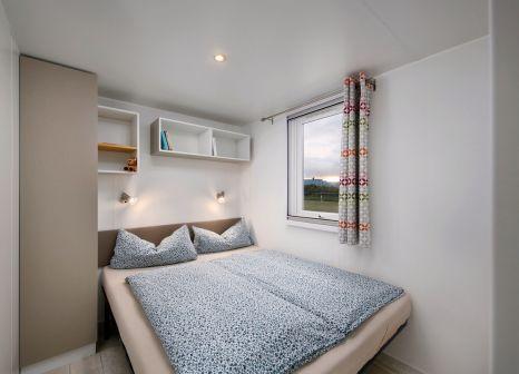 Hotelzimmer mit Mountainbike im KNAUS-Campingpark