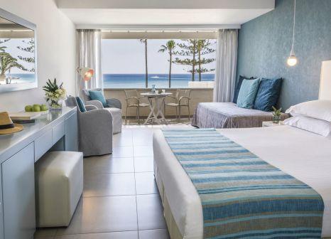 Hotelzimmer mit Volleyball im Nissi Beach Resort
