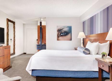 Hotelzimmer mit Hochstuhl im The Luxor & Casino