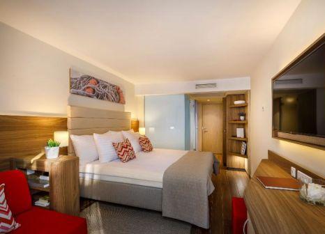 Hotelzimmer mit Volleyball im Valamar Collection Girandella Resort