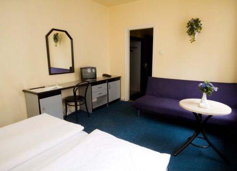 Hotelzimmer mit Hochstuhl im Novum Hotel Thomas