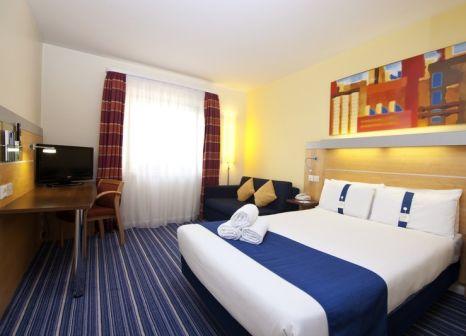 Hotelzimmer mit Hochstuhl im Holiday Inn Express London - Croydon