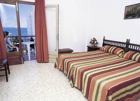 Hotelzimmer mit Mountainbike im Hostal Mayol