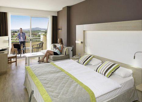Hotelzimmer mit Mountainbike im allsun Hotel Mariant Park