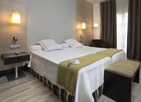 Hotelzimmer mit Hochstuhl im NH Collection Amistad Córdoba