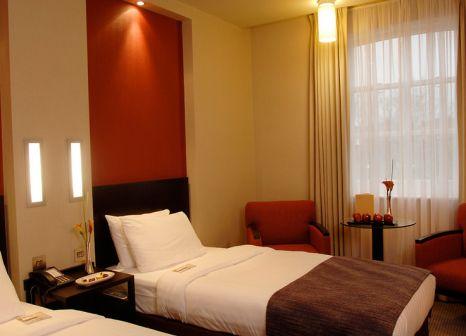 Hotelzimmer mit Hochstuhl im NH London Kensington