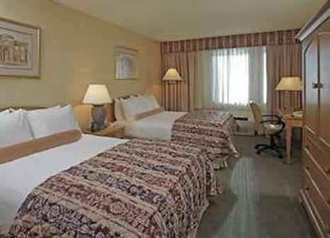Hotelzimmer mit Hochstuhl im Double Tree by Hilton Newark Penn Station