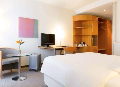 Hotelzimmer mit Hochstuhl im Novotel Mainz