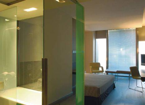 Hotelzimmer mit Hochstuhl im Hotel Soho Barcelona