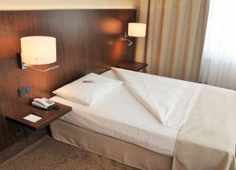 Hotelzimmer mit Hochstuhl im relexa hotel Airport Düsseldorf - Ratingen