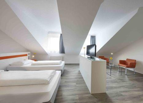 Hotelzimmer mit Hochstuhl im GHOTEL hotel & living Kiel