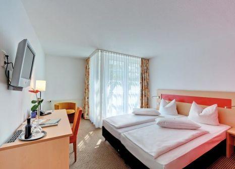 Hotelzimmer mit Hochstuhl im Centro Hotel Nürnberg