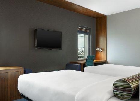 Hotelzimmer mit Hochstuhl im Aloft London Excel