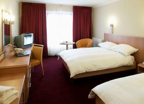 Hotelzimmer mit Hochstuhl im Clayton Hotel Dublin Airport