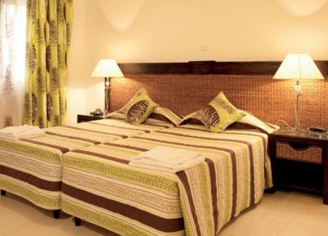 Hotelzimmer mit Hochstuhl im Labranda Rocca Nettuno Suites