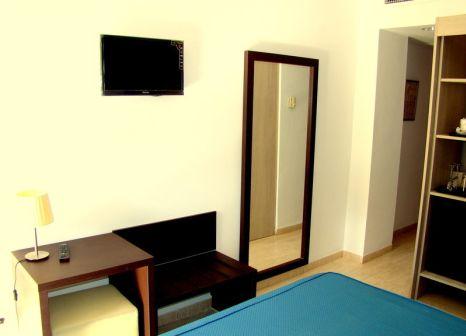Hotelzimmer mit Mountainbike im AluaSun Torrenova