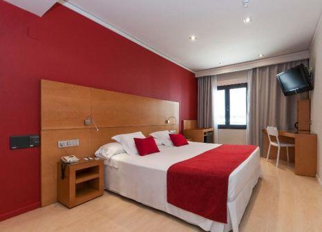Hotelzimmer mit Hochstuhl im Hotel Reding Croma
