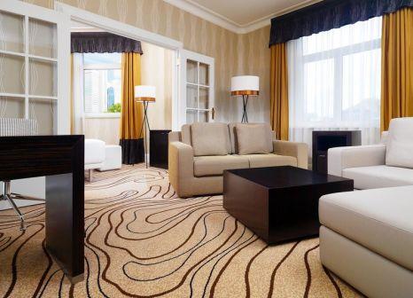 Hotelzimmer mit Hochstuhl im Le Méridien Frankfurt