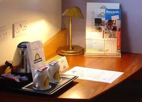 Hotelzimmer mit Hochstuhl im Waterloo Hub Hotel & Suites
