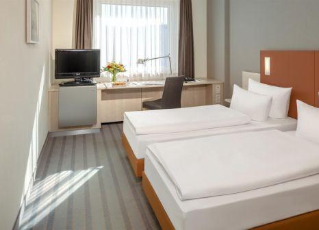 Hotelzimmer mit Hochstuhl im Dorint Adlershof Berlin