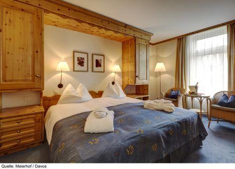 Hotelzimmer mit Ski im Hotel Meierhof Davos