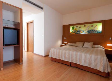Hotelzimmer mit Hochstuhl im Checkin Valencia