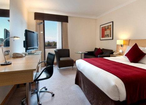 Hotelzimmer mit Hochstuhl im Hilton Manchester Airport