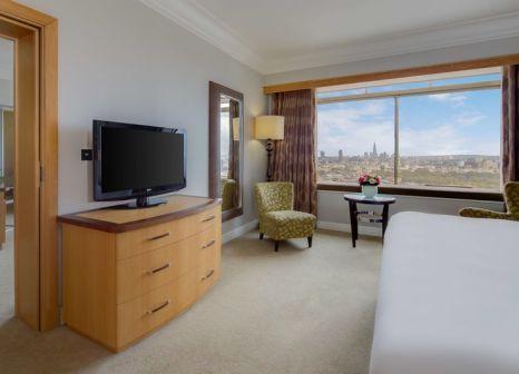 Hotelzimmer mit Hochstuhl im London Hilton on Park Lane