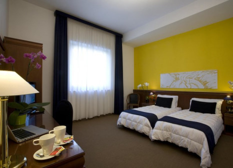 Hotelzimmer mit Hochstuhl im Grand Hotel Tiberio