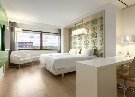 Hotelzimmer mit Hochstuhl im NH Amsterdam Zuid