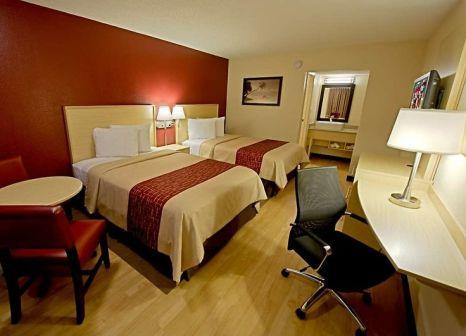 Hotelzimmer mit Hochstuhl im Red Roof PLUS+ & Suites Naples