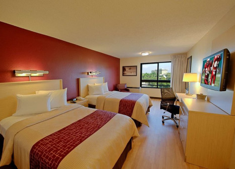 Hotelzimmer mit Pool im Red Roof PLUS+ Miami Airport