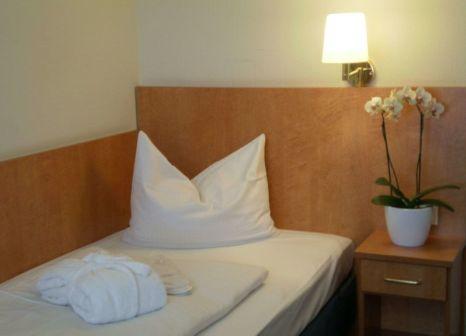 Hotelzimmer mit Pool im Savoy Hotel Frankfurt