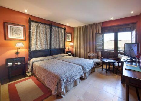 Hotelzimmer mit Hochstuhl im Parador de Santiago de Compostela