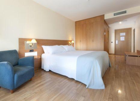Hotelzimmer mit Hochstuhl im TRYP Jerez Hotel