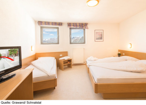 Hotelzimmer mit Tischtennis im Glacier Hotel Grawand