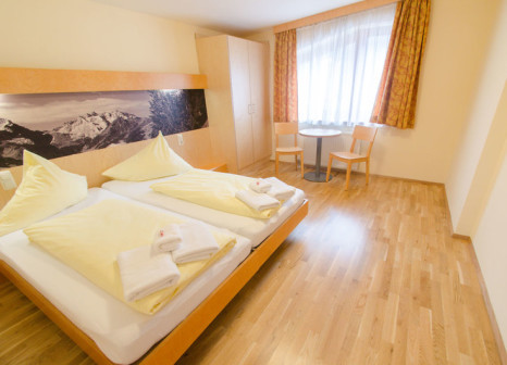 Hotelzimmer mit Tischtennis im JUFA Hotel Montafon