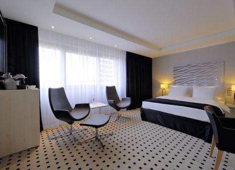 Hotelzimmer mit Hochstuhl im Radisson Blu Scandinavia Hotel Düsseldorf