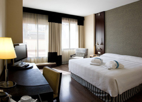 Hotelzimmer mit Hochstuhl im NH Barcelona Eixample