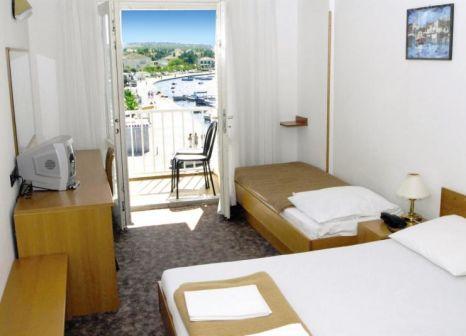Hotelzimmer mit Mountainbike im Loza