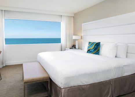 Hotelzimmer mit Hochstuhl im Sonesta Fort Lauderdale Beach