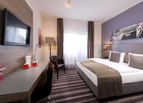 Hotelzimmer mit Hochstuhl im Leonardo Hotel Nürnberg