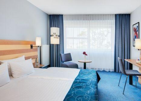 Hotelzimmer mit Hochstuhl im InterCityHotel Frankfurt Airport